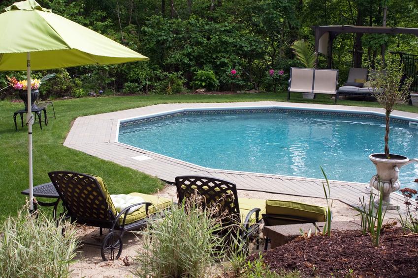 Luxuriöser Pool im Garten