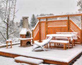Gartenmöbel mit Schnee bedeckt