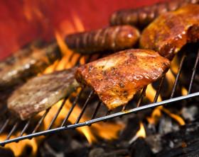 Holzkohlegrill mit saftigem Fleisch