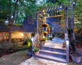 Garteneingang mit Blumendeko und romantischer Beleuchtung