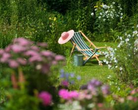 Leiterwagen mit bunten Blumen in einem Garten