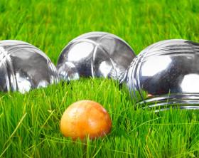 Boule Kugeln auf gruenem Gras