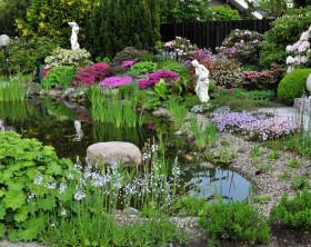 Gartenteich mit Blumen und Skulpturen