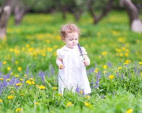 Mädchen auf einer Gartenwiese