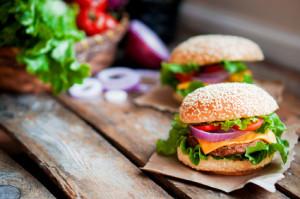 Zwei Hamburger mit frischem Salat und Sirloinsteak-Fleisch