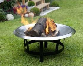 Eine runde Feuerschale aus Edelstahl mit lodernder Flamme