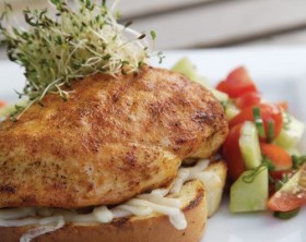 Gegrillte Hähnchenbrust auf Toast, garniert mit Salsa und Kresse