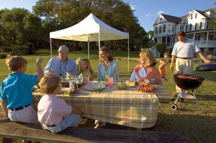 Familie grillt mit Pavillon