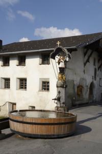 Brunnen aus einem Holzfass in Fiss, Tirol