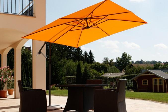 Trendiger Sonnenschutz mit Ampel-Sonnenschirmen