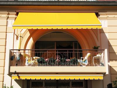 Sonnenschirme und co sonnenschutz im garten for Markise balkon mit designer tapeten colani