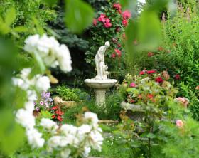 Garten mit Steinbrunnen