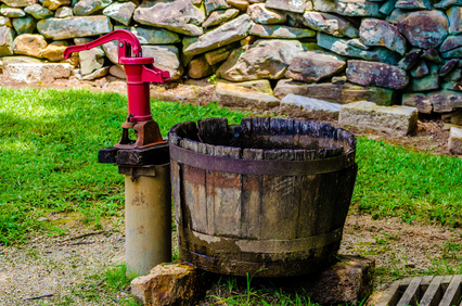 Wasserbrunnen mit Handschwängelpumpe