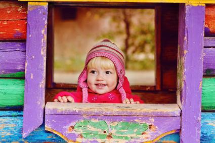 Ein Kind in einem Spielhaus