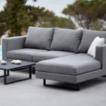 Graues Sunbrella Sofa am Pool