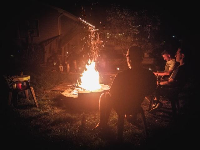 Eine Feuerstelle selber bauen und das Werk genießen